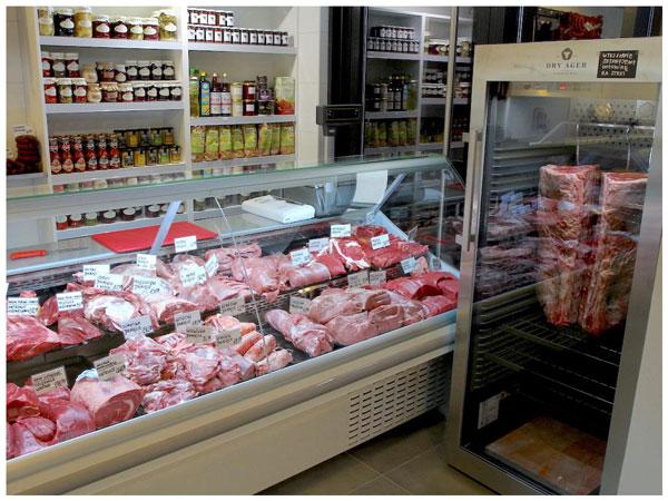 Sezonowanie wołowiny w sklepie wędliniarskim Befsztyk